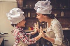 Cottura della figlia e della mamma Fotografia Stock