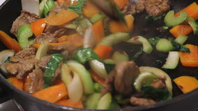 Cottura della frittura di scalpore della carne di maiale video d archivio