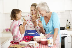 Cottura della madre, del derivato e della nonna nella cucina Fotografia Stock