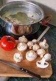 Cottura della minestra con il pomodoro ed i funghi freschi fotografie stock