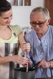 Cottura della nonna e della ragazza Fotografie Stock Libere da Diritti