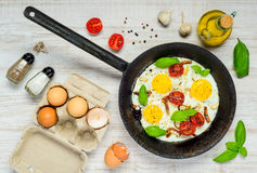 Cottura della pentola con Fried Eggs Fotografie Stock