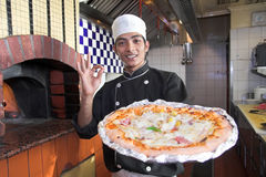 Cottura della pizza Immagini Stock