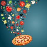 Cottura della pizza con gli ingredienti di caduta Immagini Stock Libere da Diritti