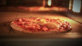 Cottura della pizza in forno tradizionale Fine in su HD video d archivio