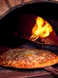 Cottura della pizza nel forno Fotografia Stock
