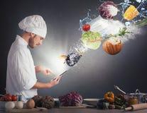 Cottura della ricetta dalla compressa immagine stock