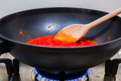 Cottura della salsa al pomodoro Fotografie Stock Libere da Diritti