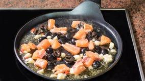 Cottura della salsa per pasta con il salmone Fotografie Stock Libere da Diritti