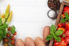 Cottura della tavola con gli ingredienti Immagine Stock