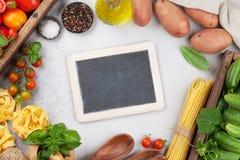 Cottura della tavola con gli ingredienti Immagini Stock Libere da Diritti