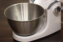 Cottura della torta - unità di elaborazione per l'impastamento della pasta, ciotola profonda del metallo fotografia stock