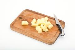 Cottura della zuppa di fungo: patate della fetta. fotografia stock