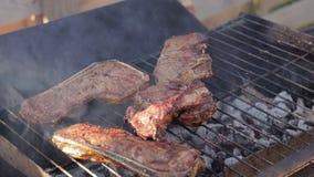 Cottura delle bistecche di manzo su una griglia del barbecue