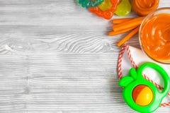 Cottura delle carote schiacciate per il bambino sulla vista superiore del fondo di legno Fotografia Stock Libera da Diritti