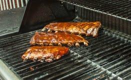 Cottura delle costole di carne di maiale Fotografia Stock