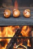 Cottura delle salsiccie Immagini Stock