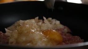 Cottura delle specialità gastronomiche con carne tritata e l'uovo, cotolette della carne con le spezie Movimento lento video d archivio