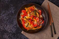 Cottura delle tagliatelle asiatiche della frittura di scalpore con le verdure Fotografia Stock Libera da Diritti