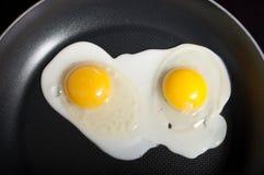 Cottura delle uova in una vaschetta di frittura Immagine Stock Libera da Diritti