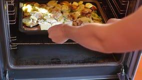 Cottura delle verdure con la carne nel forno archivi video