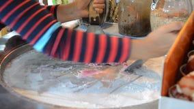 Cottura dello stile tailandese del gelato in Tailandia video d archivio
