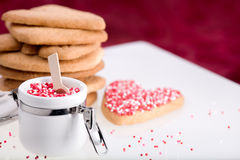 Cottura di giorno del biglietto di S. Valentino con il colore rosso. Fotografie Stock Libere da Diritti