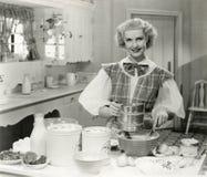 Cottura domestica della dea nella cucina Immagine Stock