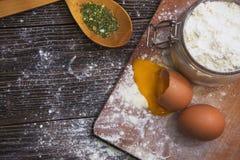 Cottura e componenti con le spezie aromatiche esotiche Immagini Stock Libere da Diritti