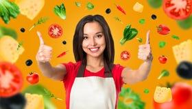 Cottura e concetto dell'alimento - cuoco unico femminile sorridente Fotografia Stock