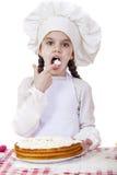 Cottura e concetto della gente - bambina sorridente in cappello del cuoco Fotografie Stock