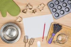 Cottura e strumenti della pasticceria con carta in bianco Fotografia Stock Libera da Diritti