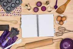 Cottura e strumenti della pasticceria con il taccuino Fotografie Stock Libere da Diritti