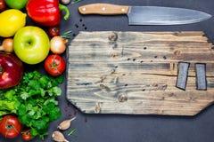 Cottura e tagliere dell'alimento degli ingredienti Fotografia Stock