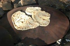 Cottura esterna del pane di Pita immagini stock