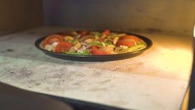 Cottura italiana della pizza in forno moderno sulla cucina della pizzeria Pizza tradizionale con la preparazione del formaggio, d archivi video