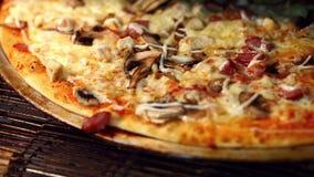 Cottura italiana tradizionale della pizza in forno video d archivio