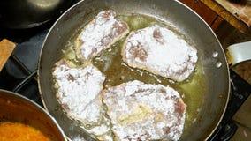 Cottura le bistecche o della carne del fegato Rinforzi il fegato o le bistecche della carne stanno friggendo in pentola del ferro stock footage