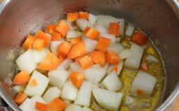 Cottura le carote e delle cipolle Fotografia Stock Libera da Diritti