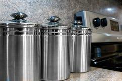 Cottura le scatole metalliche e della stufa Immagine Stock