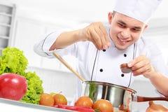 Cottura maschio del cuoco unico immagine stock libera da diritti