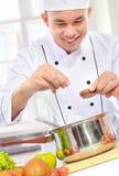 Cottura maschio del cuoco unico fotografia stock libera da diritti