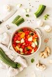 Cottura - minestra spessa dello stufato vegetariano di verdure fotografia stock libera da diritti