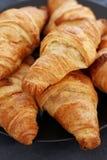 Cottura. Mucchio dei croissant sulla tavola Fotografia Stock