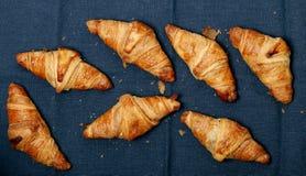 Cottura. Mucchio dei croissant sulla tavola Fotografia Stock Libera da Diritti