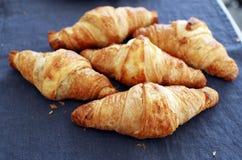 Cottura. Mucchio dei croissant sulla tavola Fotografie Stock Libere da Diritti
