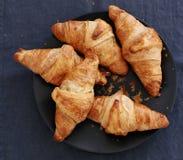 Cottura. Mucchio dei croissant sulla tavola Immagini Stock