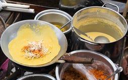 Cottura padthai e dell'omelette sul mercato di strada in Tailandia Fotografia Stock
