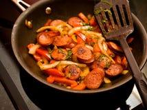 Cottura salsiccia e dei peperoni Fotografia Stock