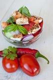 Cottura sana dell'insalata con gli ingredienti deliziosi freschi che fanno sul tagliere immagine stock